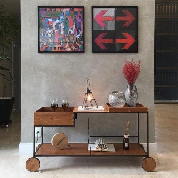 Carrinho bar com design ousado feito de madeira para sala