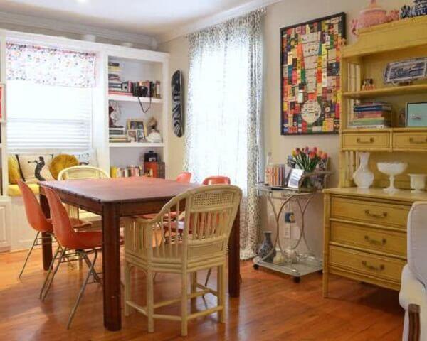 Carrinho bar com estrutura simples decora a sala de jantar