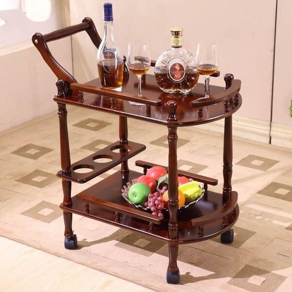 Carrinho bar com estrutura simples de madeira