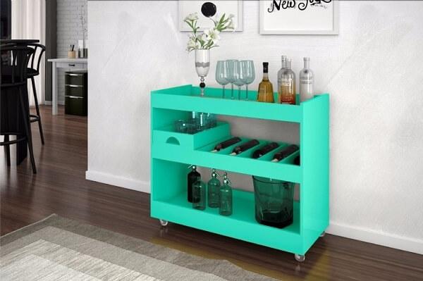 Carrinho bar na cor verde encanta a decoração da sala