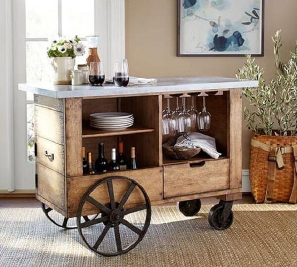 Carrinho bar vintage com estrutura de madeira e ferro
