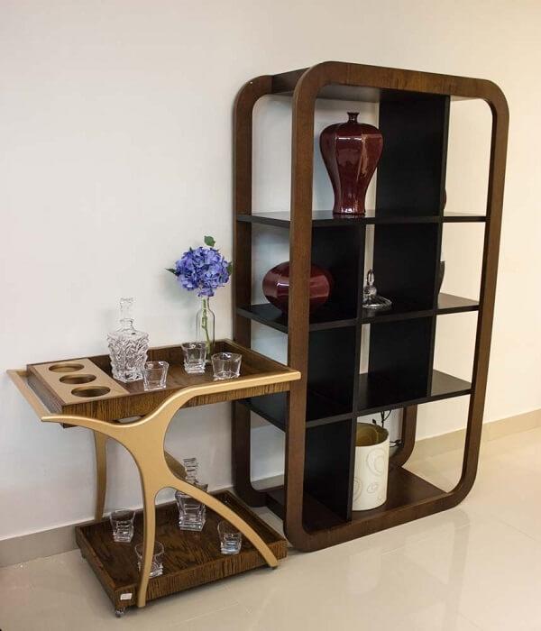 Carrinho de bar de madeira e estante moderna