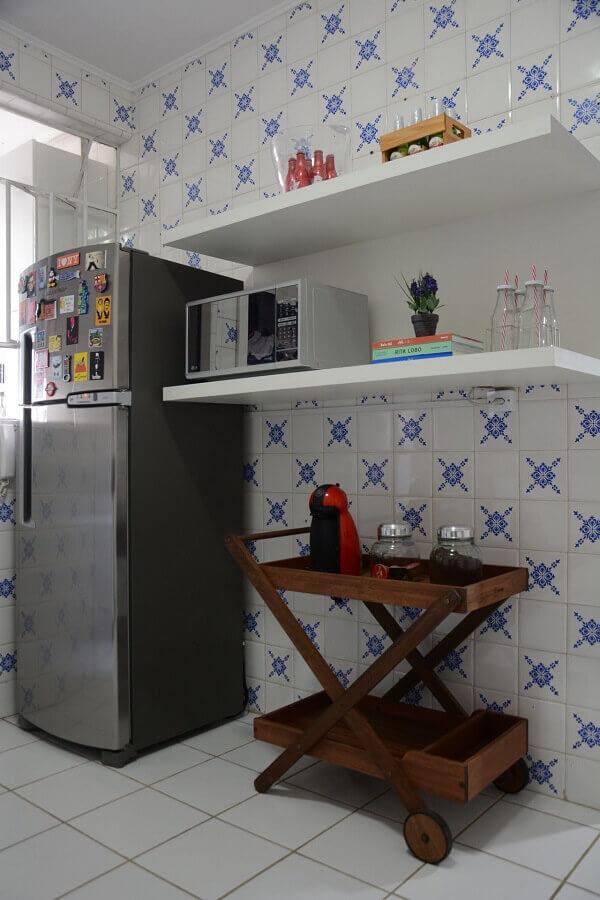 Carrinho de bar na cozinha de azulejo antigo