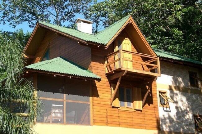 Casa de campo feita com estrutura de madeira e telhado em fibra vegetal. Fonte: Arkpad