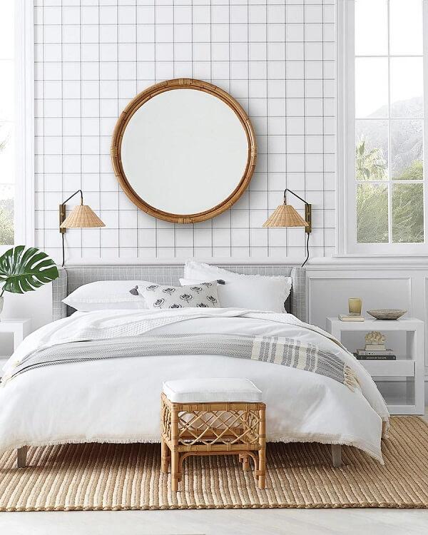 Centralize o espelho redondo acima da cabeceira da cama de casal