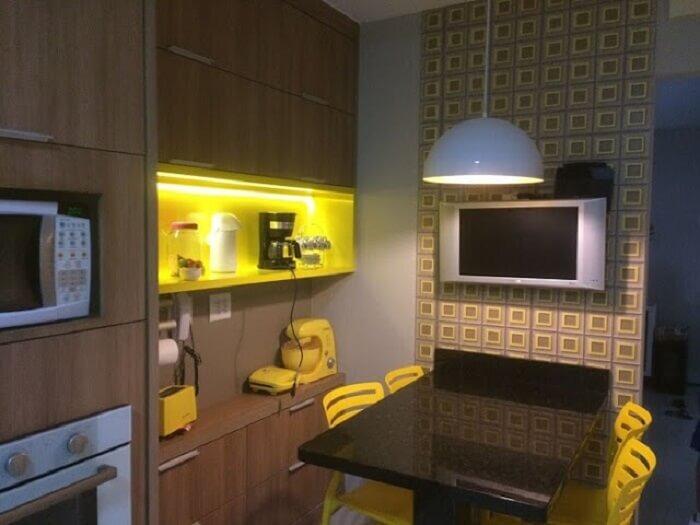 Cozinha compacta com itens decorativos em tons de amarelo ouro