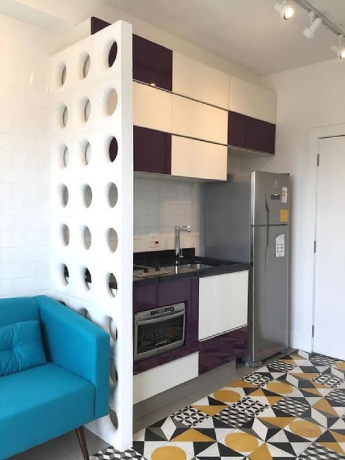 Cozinha compacta muito bem planejada em tons de branco e roxo