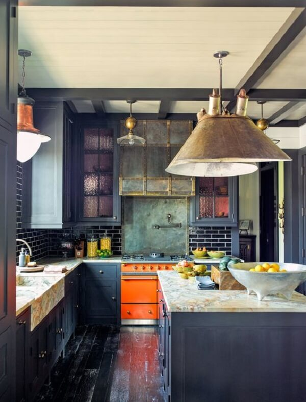 cozinha em l com pedra de mármore e tons de azul