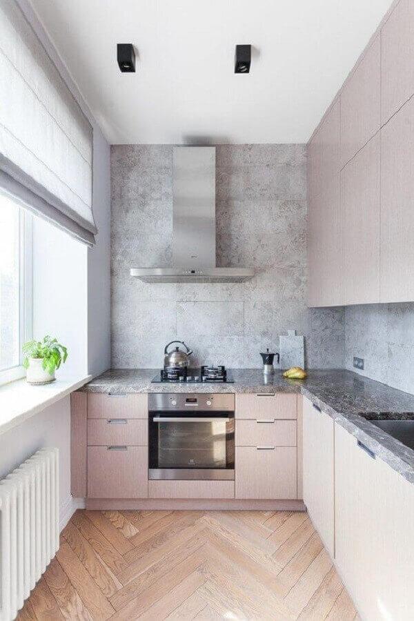 cozinha em l com Luminária metálica preta e piso de madeira comum