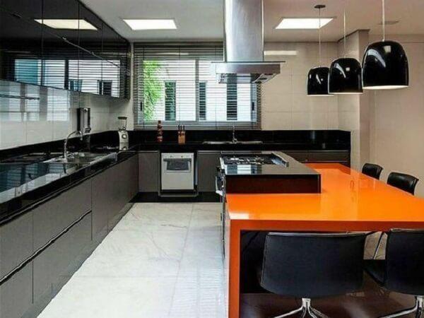 cozinha em l com bancada de granito preto