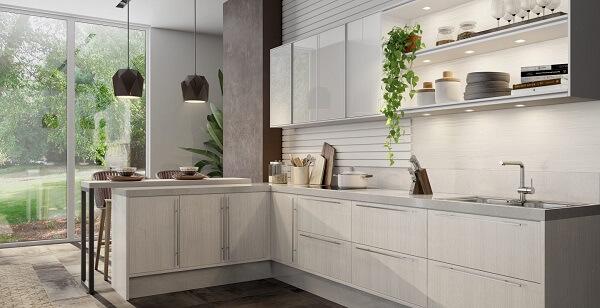 Cozinha em l com bancada e pendentes
