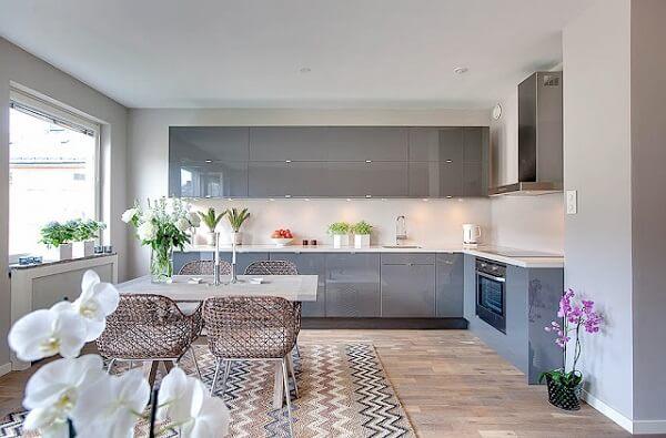 cozinha em l com bancada em tons de branco