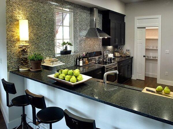 cozinha em l com bancada e armários na cor preta