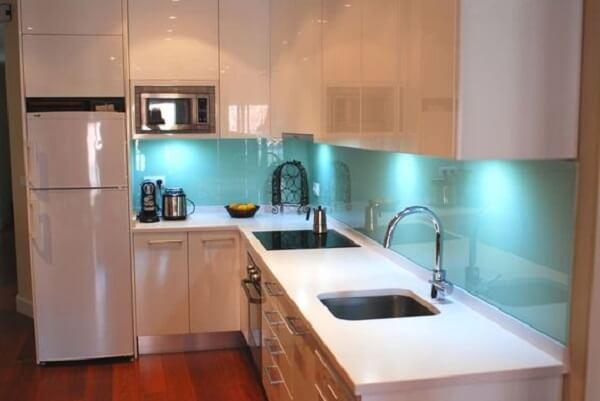 Cozinha em l com iluminação embutida nos armários