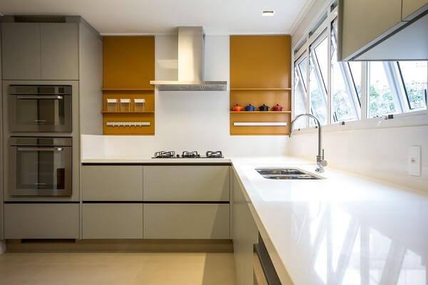 cozinha em l com nicho amarelo cobre