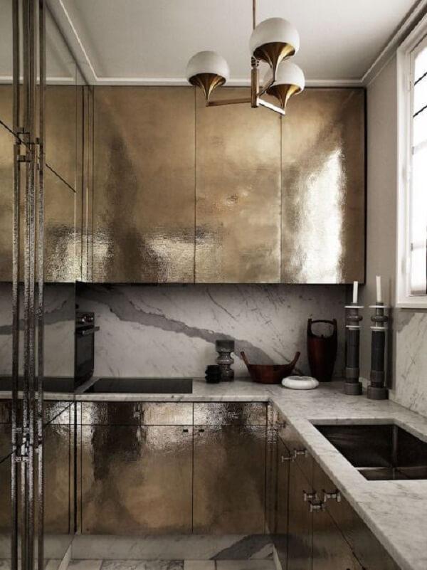 cozinha em l com parede de mármore branco e bancada de granito
