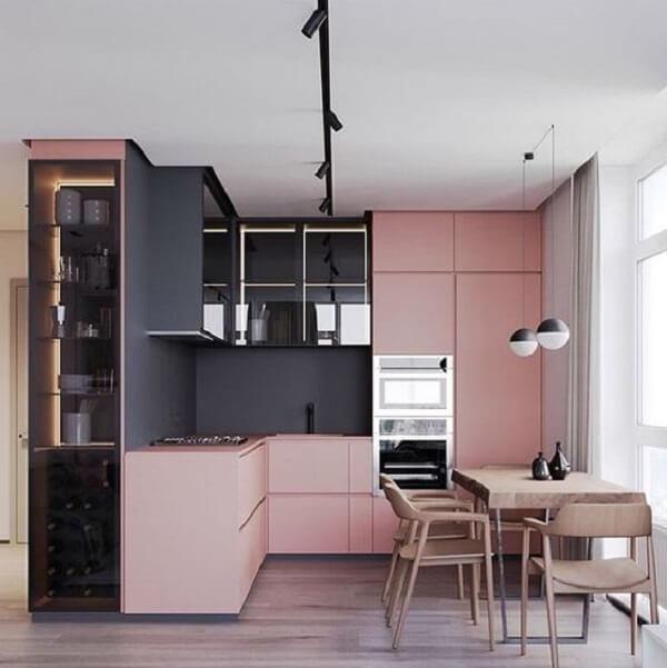 cozinha em l com armários em rosa e parede cor de chumbo