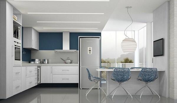 cozinha em l em tons de branco e azul