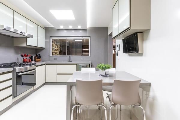 cozinha em l em tons de branco e cinza