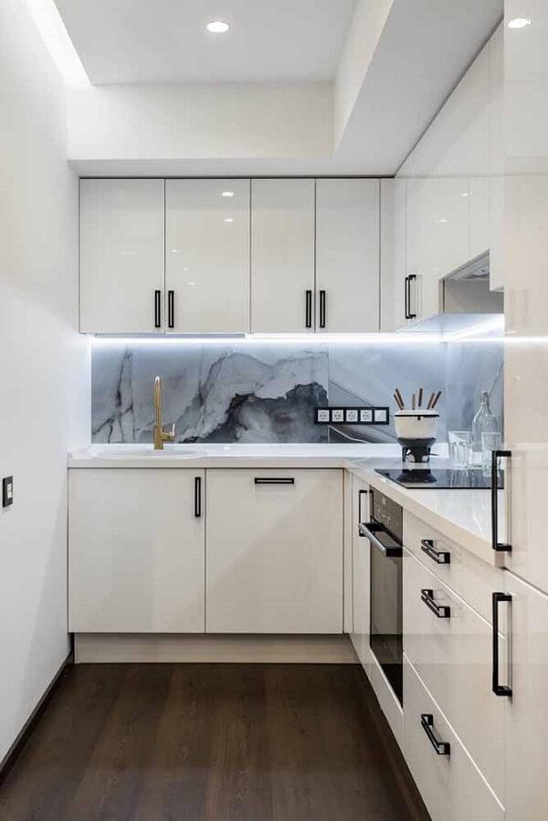 Cozinha em l pequena com armários brancos