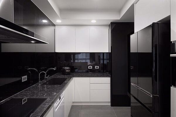 cozinha em l pequena com marcenaria branca e parede preta