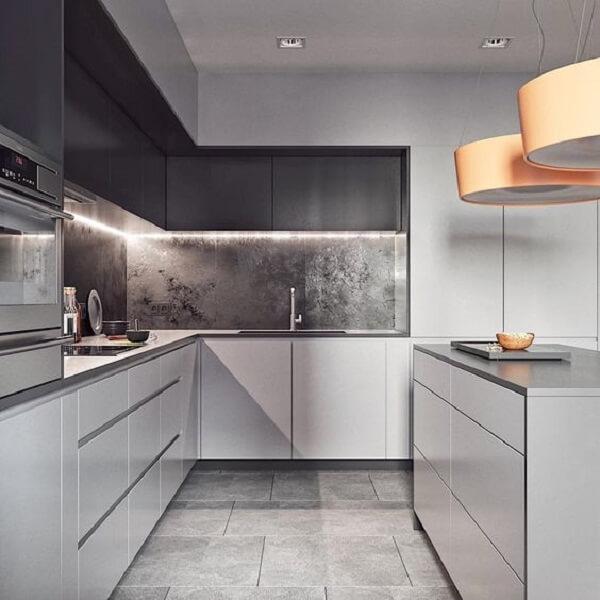 cozinha em l pequena em tons de branco e cinza escuro