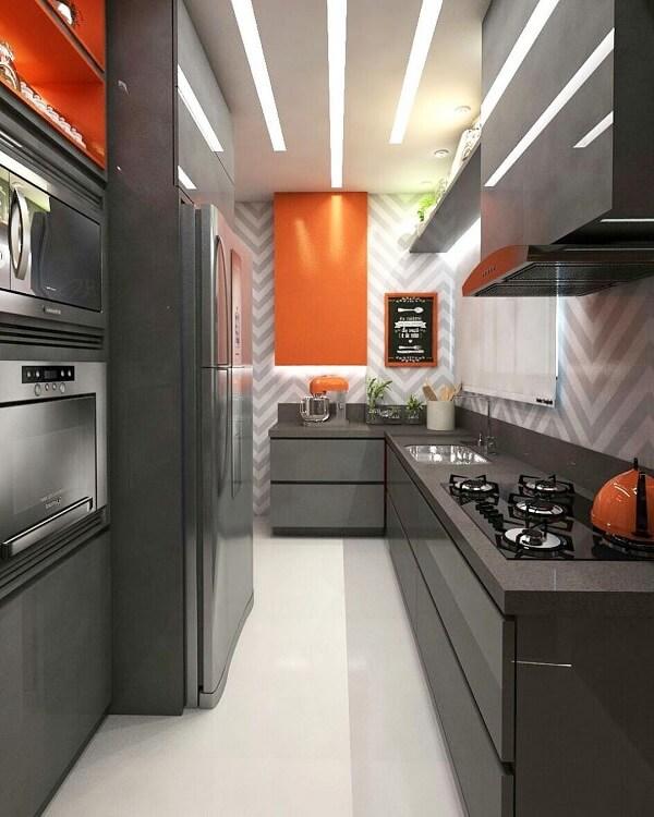 cozinha em l pequena em tons de cinza e laranja
