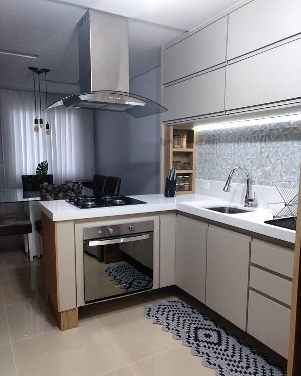 Cozinha em l permite a integração de ambientes