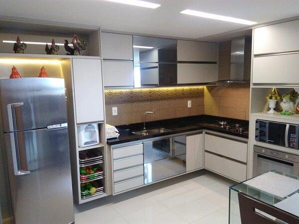 cozinha em l planejada com cooktop em sua bancada