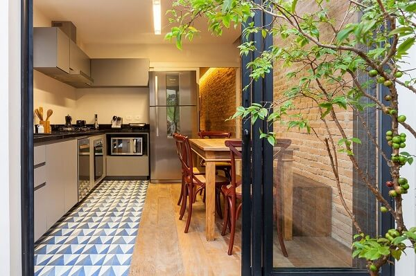 cozinha em l planejada com parede de tijolinho vermelho