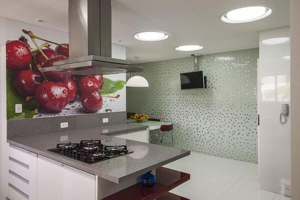 cozinha em l com bancada e televisão