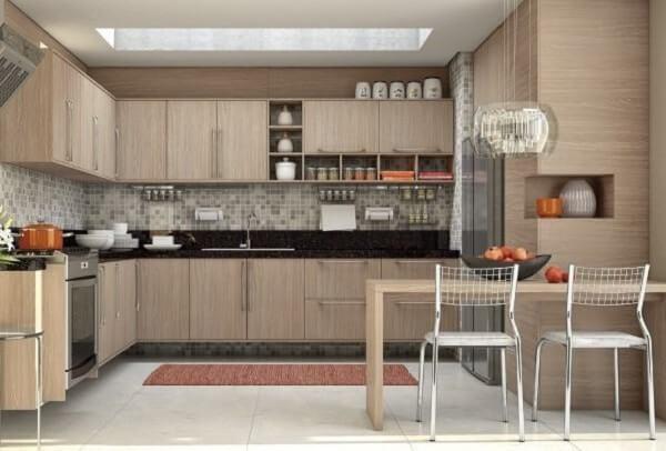 cozinha em l planejada com tom de madeira clara