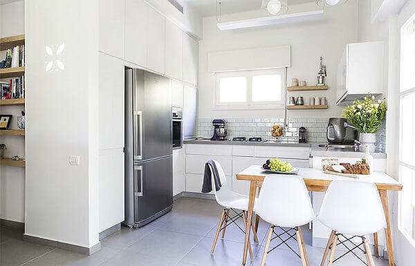 cozinha em l planejada em tons de branco