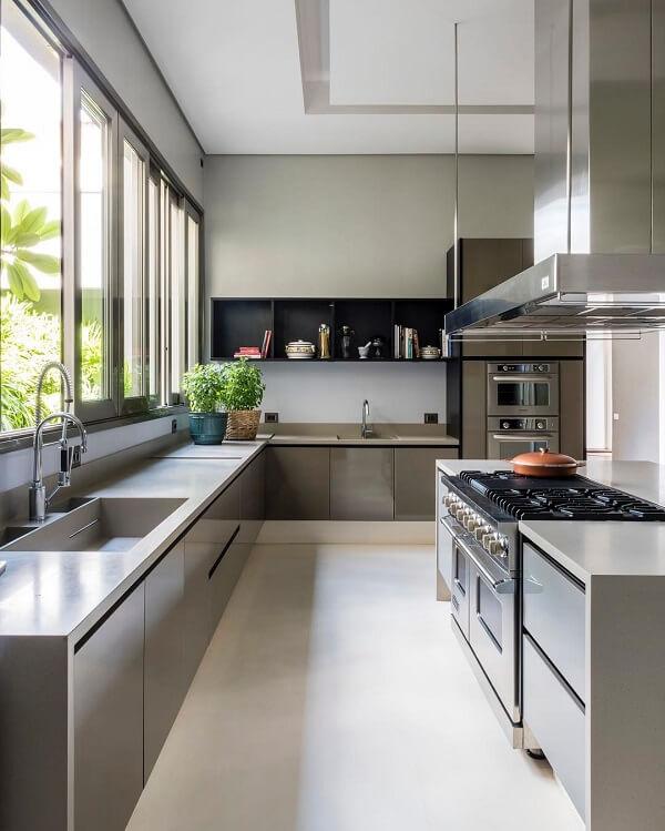 cozinha em l seguindo a linha da janela