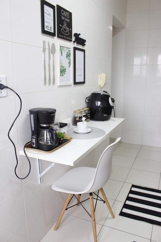 Cozinha pequena com mesa dobrável branca
