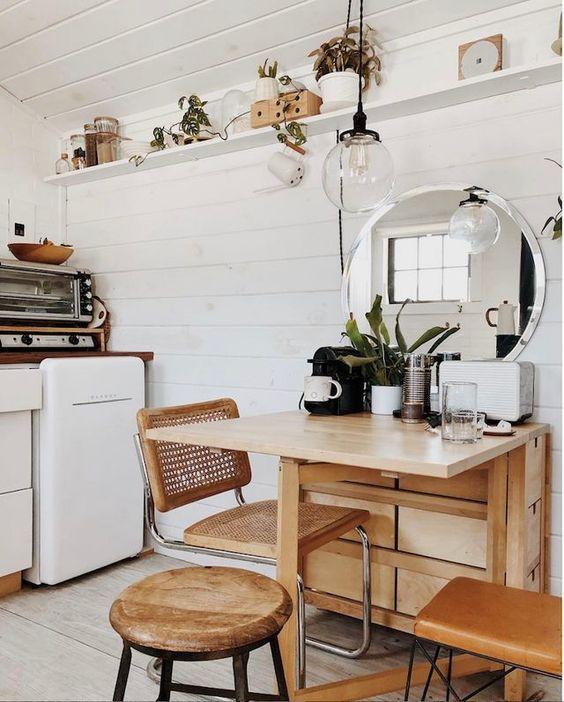 Cozinha pequena com mesa dobrável de madeira
