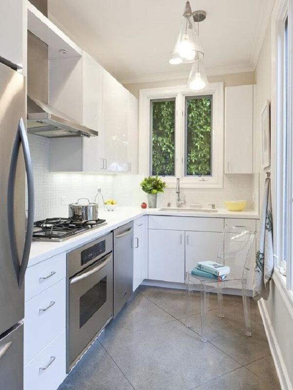cozinha em l pequena em tons de branco