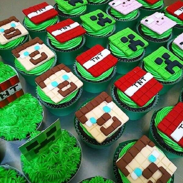 Cupcakes decorados com enfeites de festa minecraft