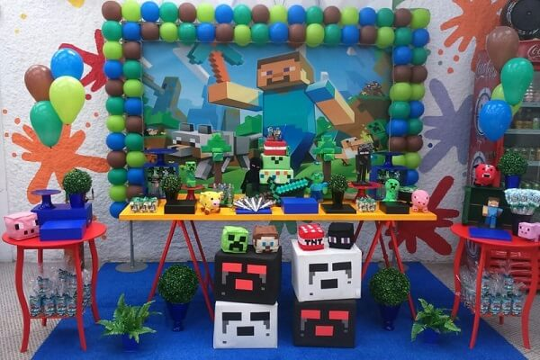 Decoração de festa minecraft com elementos em azul e vermelho