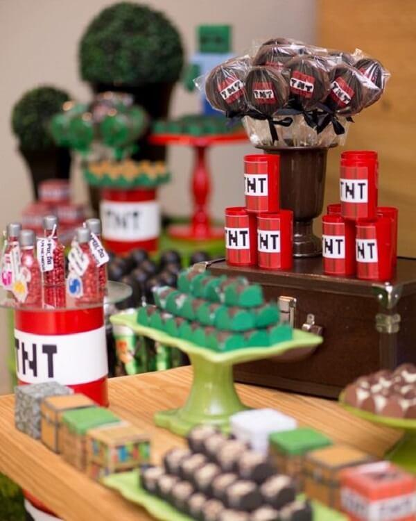 Decoração e doces com o tema festa minecraft