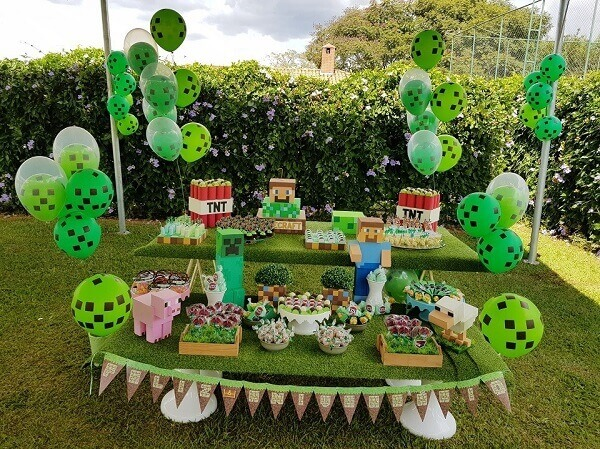 Decoração externa de mesa do bolo com o tema festa minecraft