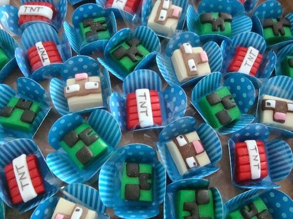 Docinhos decorados com elementos da festa minecraft