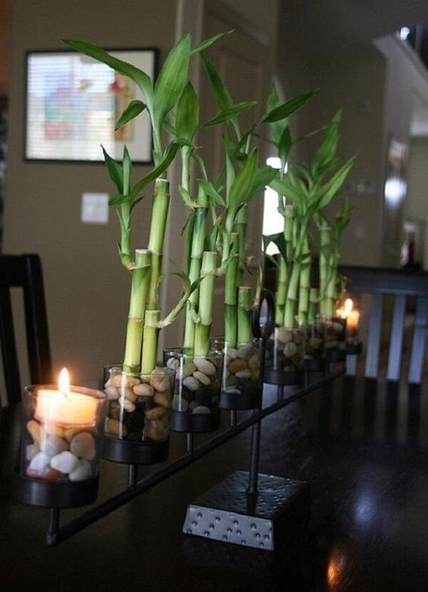 Arranjo de centro de mesa feito com bambu da sorte