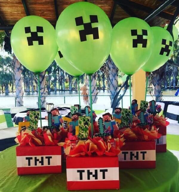 Enfeites de mesa decorados com o tema festa minecraft