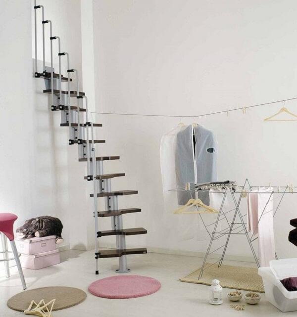 Escada com acabamento retrátil para acesso ao sótão