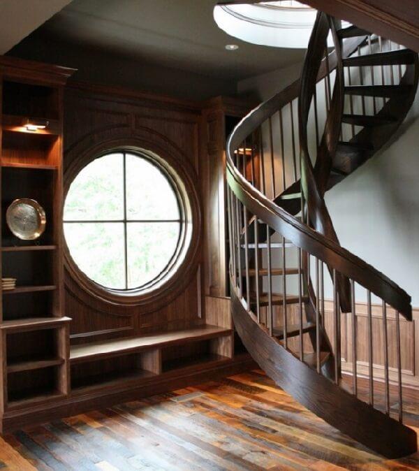 Escada de madeira em formato de espiral