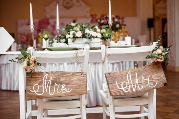 Rustic style for the name tags positioned on the grooms chair