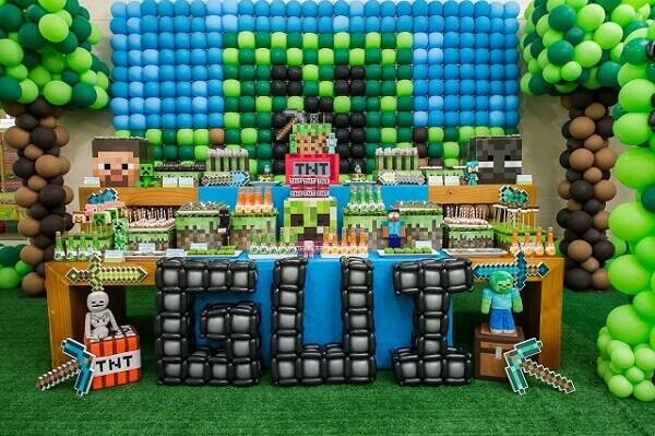 Decoração com tema festa minecraft com painel de bexiga