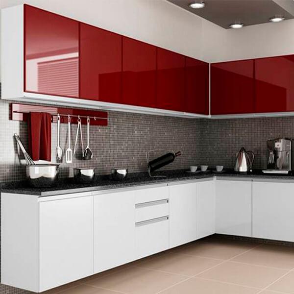 Cozinha em l com armários na cor vermelha