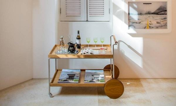 Inclua na decoração um carrinho bar de madeira